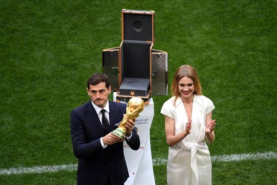 La leggenda Iker Casillas  solleva la Coppa del Mondo. GETTY